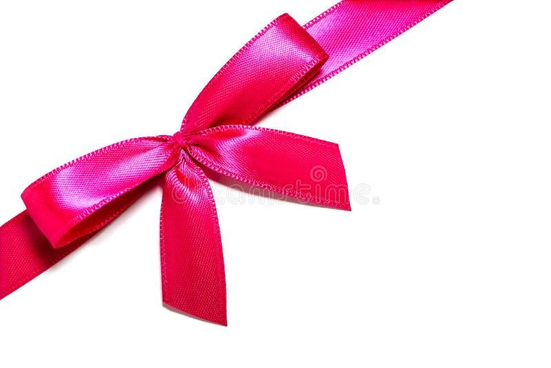 Arco dentellare del nastro del regalo Nastro rosa-rosso del raso con l'involucro annodato del nastro del regalo dell'arco per reg immagini stock