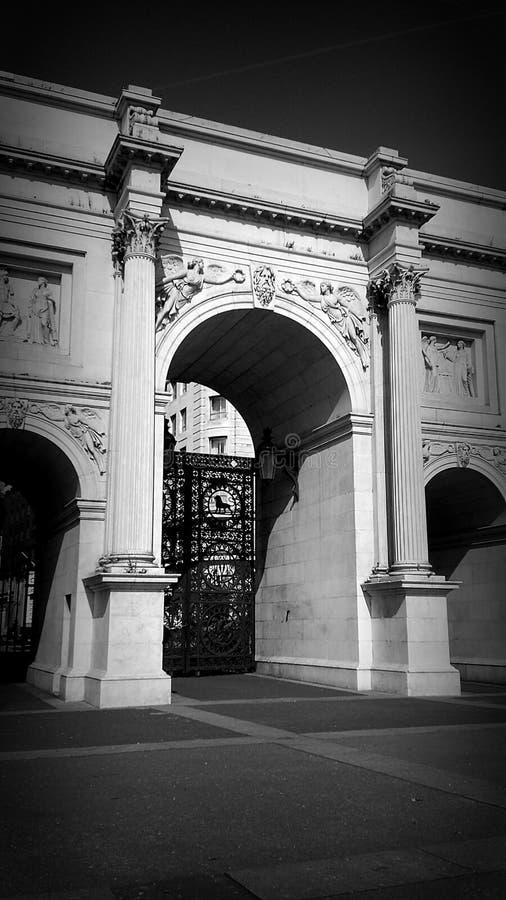 Arco di marmo in bianco e nero fotografia stock libera da diritti