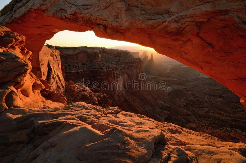 Arco di MESA che emette luce all'alba immagini stock