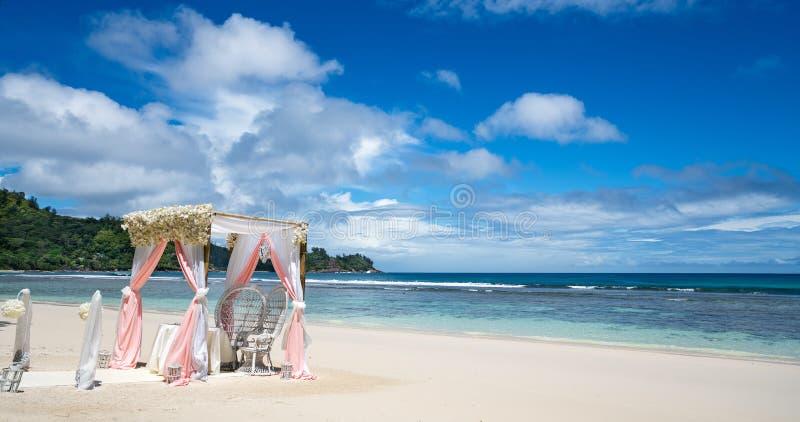 Arco di nozze decorato con i fiori su una spiaggia di sabbia tropicale Ou fotografia stock