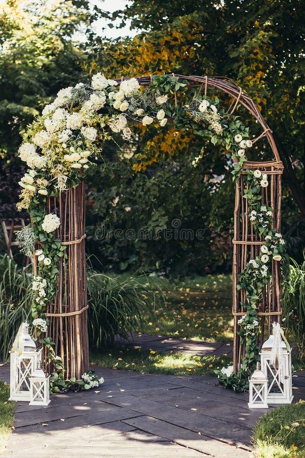 Arco di nozze in foresta fotografia stock