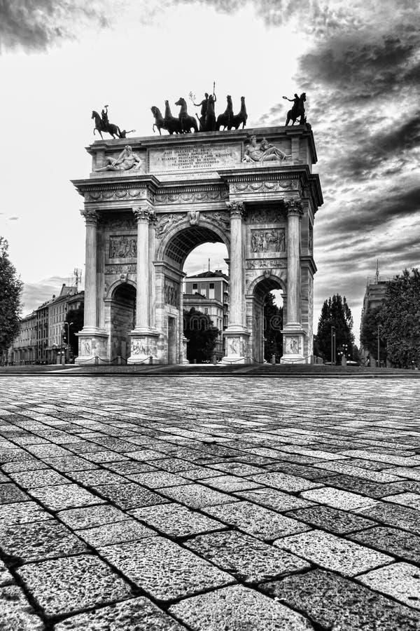 Arco di pace & di x28; Della Pace& x29 di Arco; a Milano, l'Italia Foto nel nero immagine stock