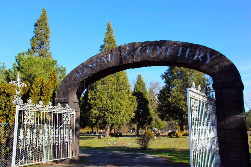 Arco di pietra all'entrata al cimitero massonico, Canyonville, Oregon immagini stock libere da diritti