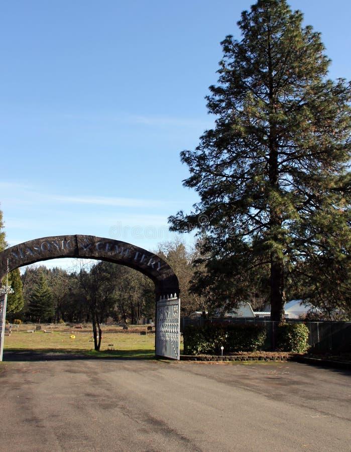 Arco di pietra all'entrata al cimitero massonico, Canyonville, Oregon fotografia stock libera da diritti