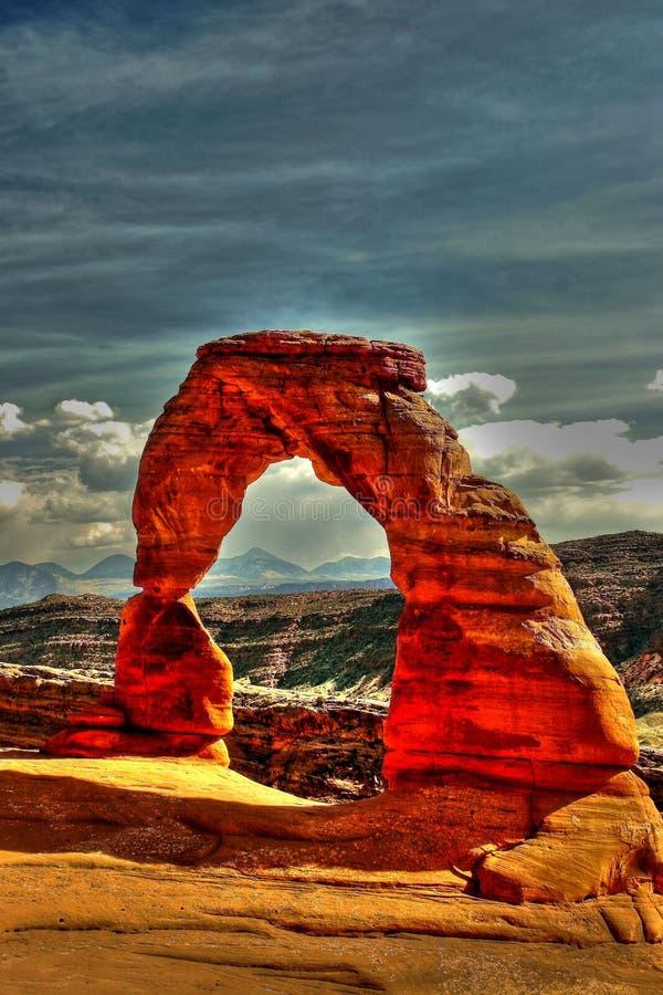 Arco di pietra nel deserto fotografia stock