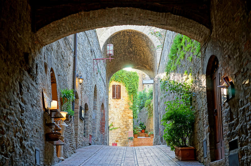 Arco di pietra toscano fotografie stock