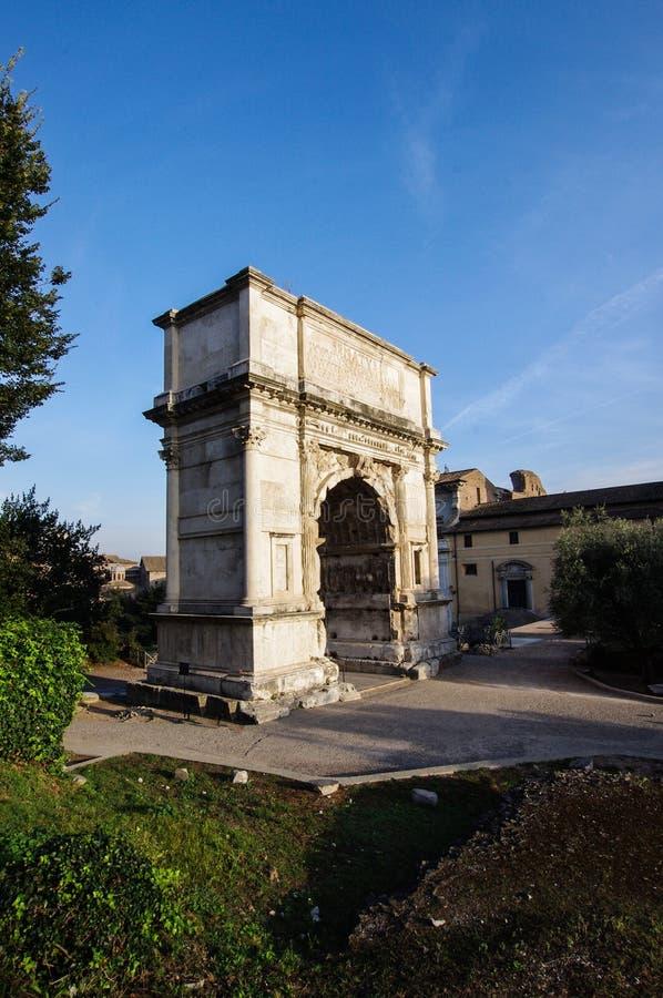 Arco di Tito (båge av Titus) i Rome Italien royaltyfri fotografi