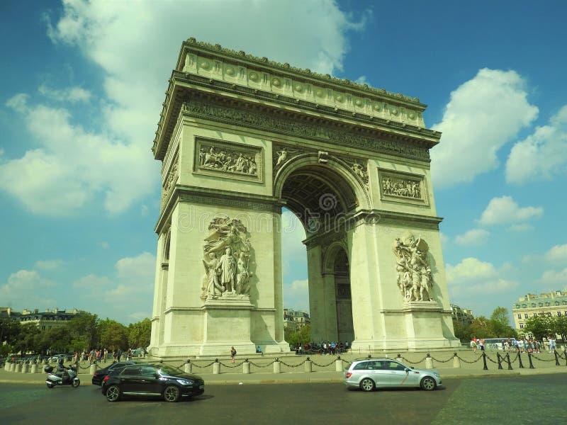 Arco di Triumph, Champs-Elysees al tramonto a Parigi fotografie stock libere da diritti