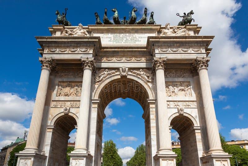 Arco di Triumph - Arco Della Pace nel parco di Sempione a Milano, Italia immagine stock