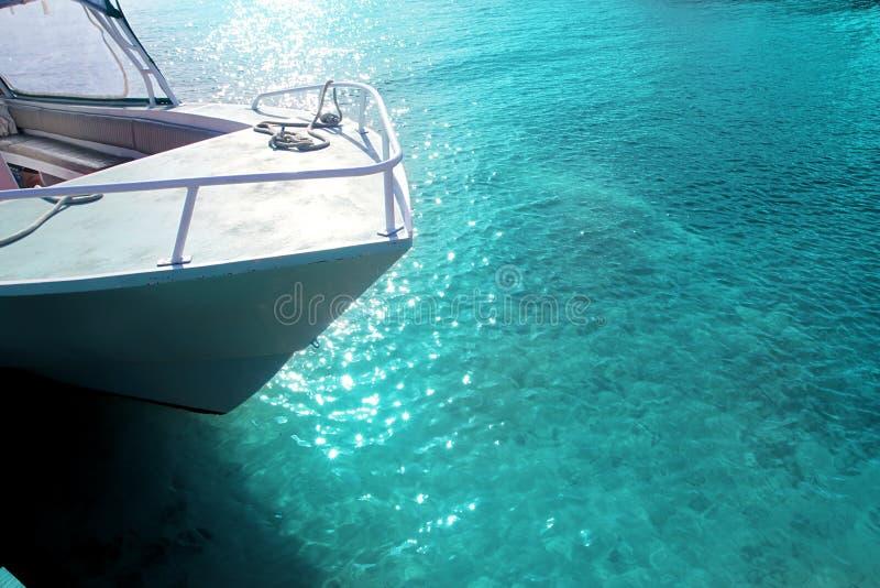 Arco di verde della barca nel mare caraibico del turchese fotografie stock libere da diritti