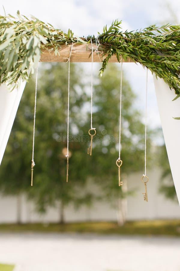 Arco do casamento com chaves imagens de stock