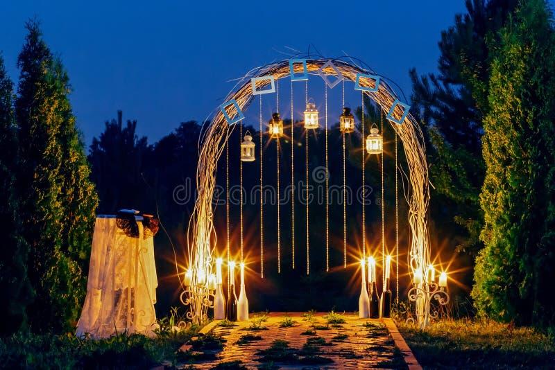 Arco do casamento da noite imagens de stock