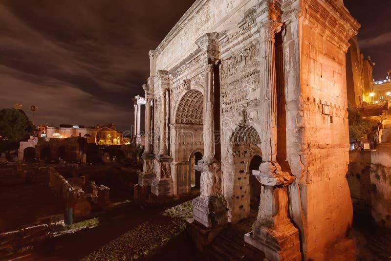 Arco do fórum romano na noite fotografia de stock