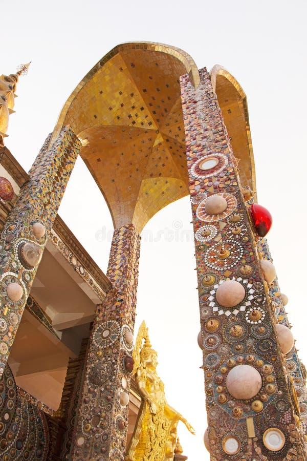 Arco do pagode do ouro, templo público em Phetchabun Tailândia imagem de stock royalty free