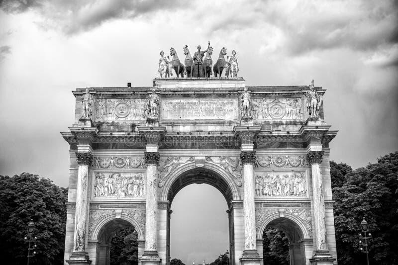 Arco do Triunfo du Carrossel em Paris, França Arqueie o monumento e árvores verdes no céu nebuloso Símbolo arquitetónico de imagem de stock