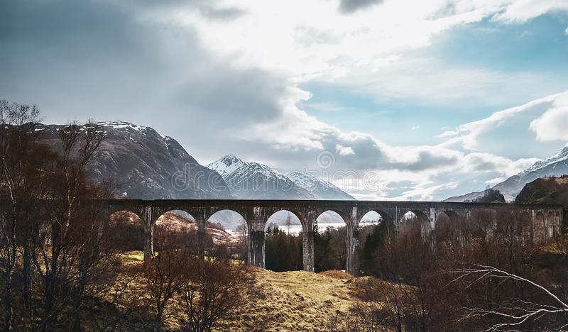 Arco do viaduto de Glenfinnan, montanhas, Escócia, Reino Unido fotos de stock royalty free