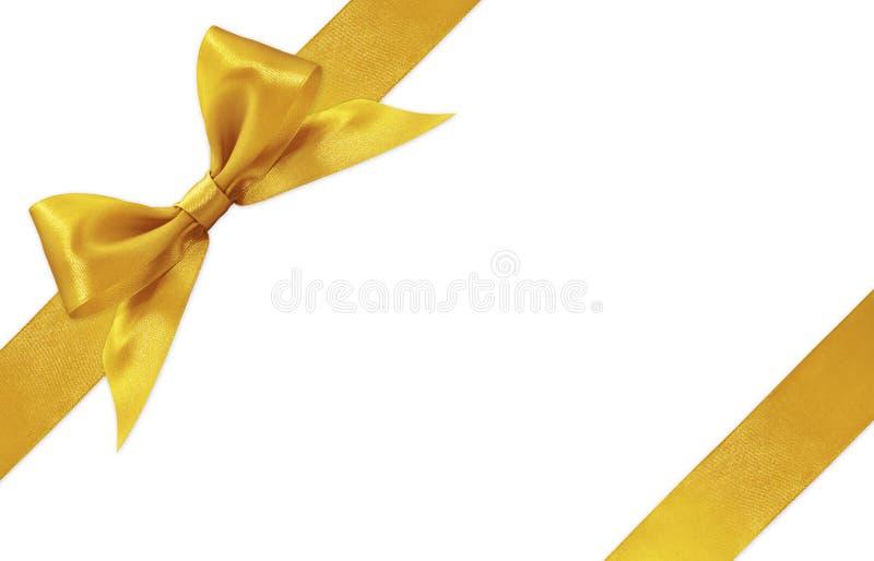 Arco dorato del nastro del raso isolato su fondo bianco fotografie stock