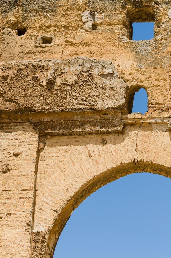 Arco dos túmulos antigos de Merenid que negligenciam o fez árabe da cidade, Marrocos, África foto de stock