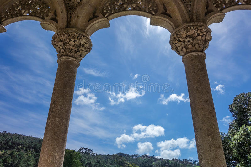 Arco e colunas no fundo do céu azul foto de stock royalty free