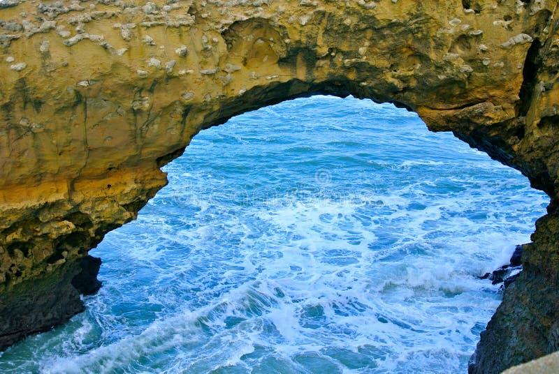 Arco e mar rochosos na baía de Biscaia em França foto de stock