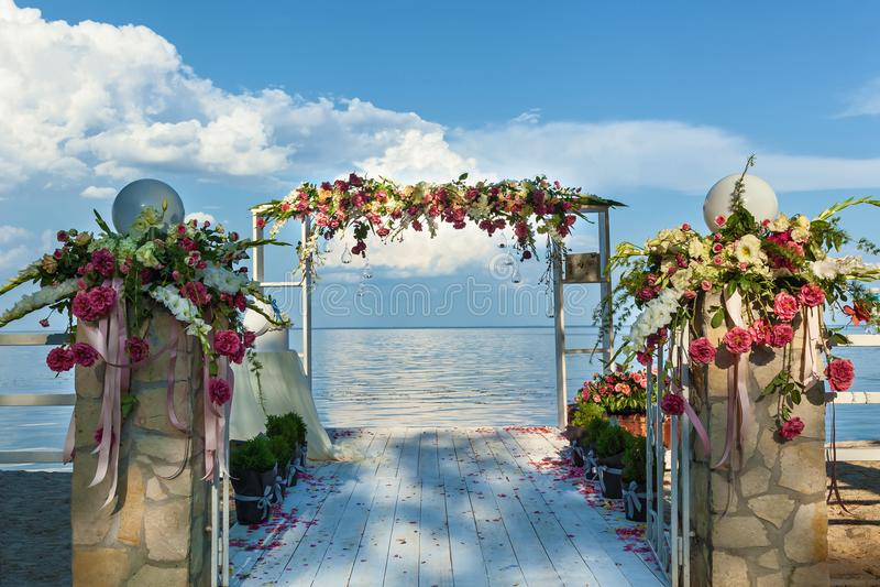 Arco e messa a punto di nozze sulla spiaggia fotografie stock