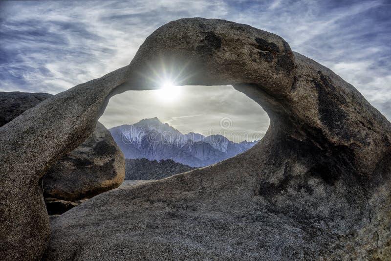 Arco e Mount Whitney de Mobius fotografia de stock