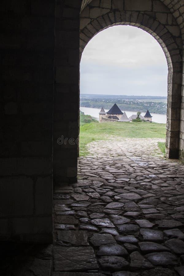 Arco e parede de pedra antigos com opinião da fortaleza imagem de stock royalty free