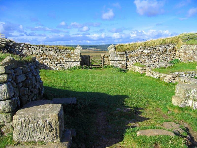 Arco e paredes de pedra arruinados em Milecastle na parede de Hadrian, parque nacional de Northumberland, Inglaterra do norte imagens de stock