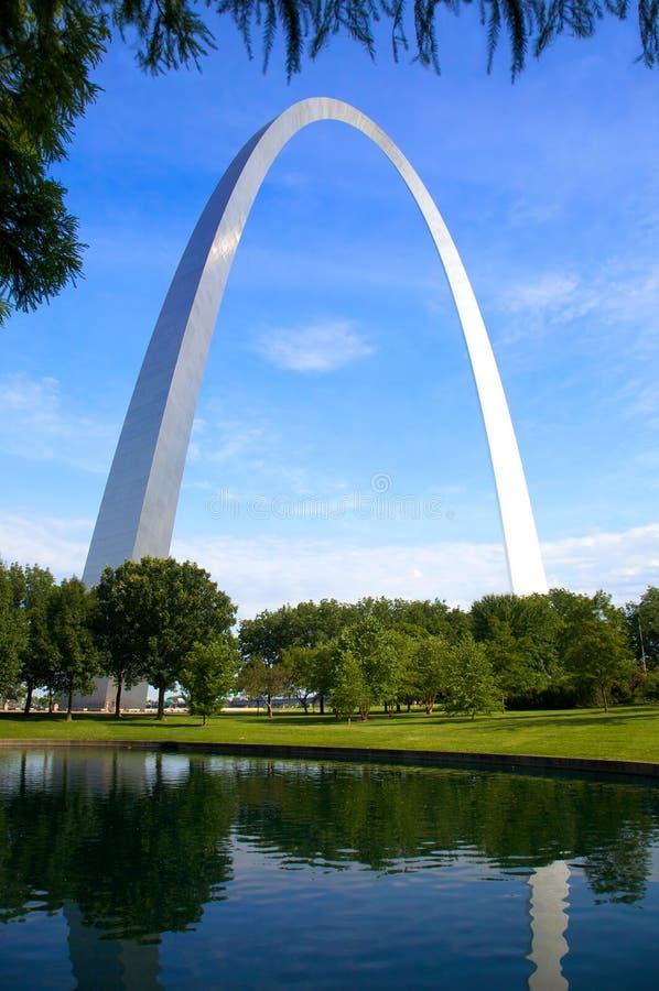 Arco e reflexão de St Louis foto de stock