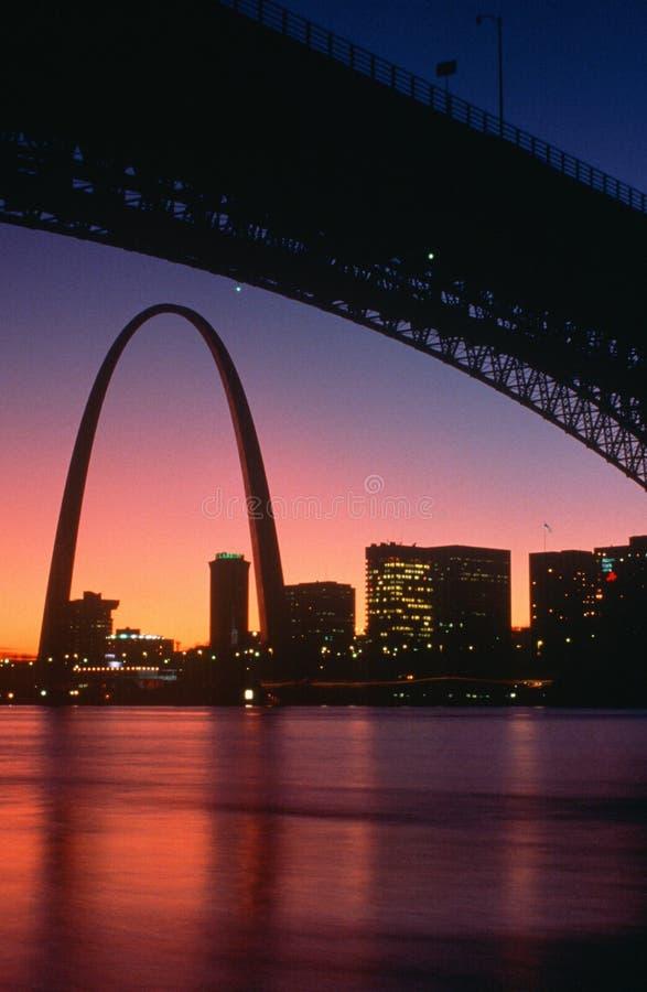Arco e skyline de St Louis na noite, MO foto de stock royalty free
