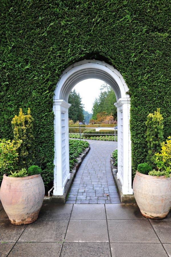 Arco e trajeto do jardim foto de stock