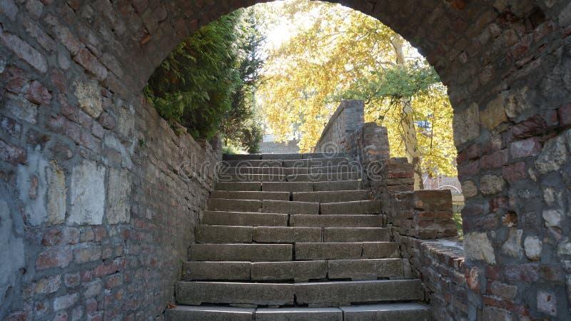 Arco em um castelo medieval Parede de pedra fotografia de stock royalty free