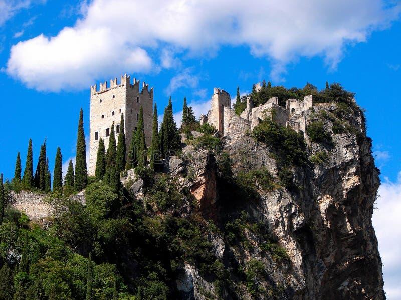 Arco en Arco Castel zijn gesitueerd centraal bij het noordelijke die gebied van Meergarda door de bergen wordt omringd stock afbeeldingen