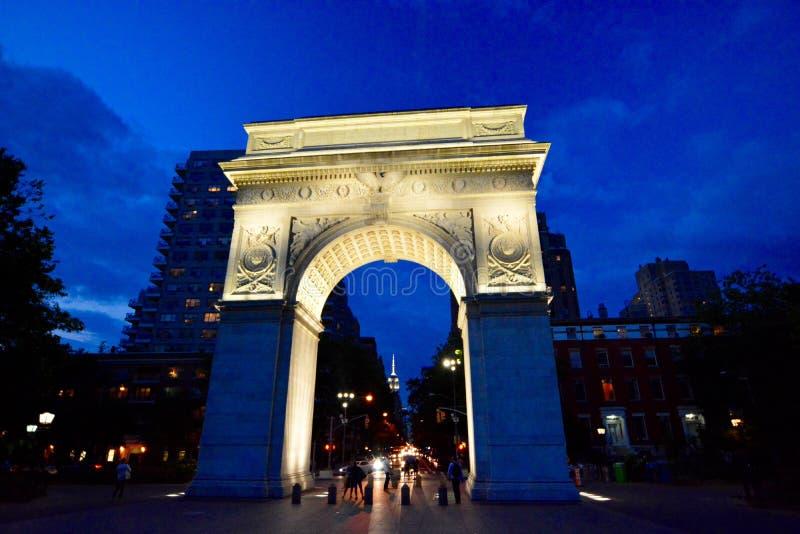 Arco en el parque del cuadrado de Washington en la noche fotografía de archivo