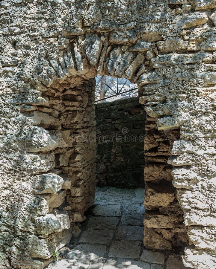 Arco en la fortaleza medieval en un acantilado imágenes de archivo libres de regalías