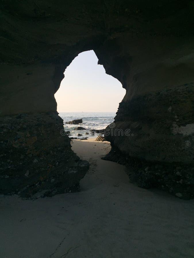 Arco en una roca en la playa fotografía de archivo