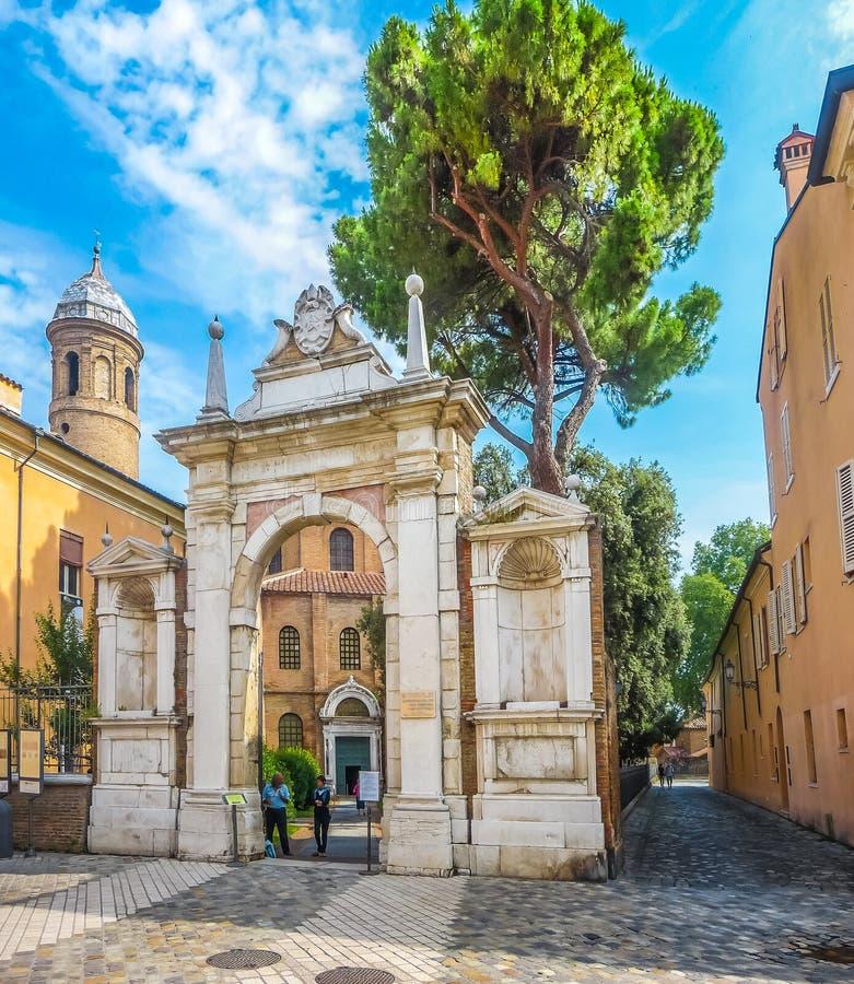 Arco famoso de Basílica di San Vitale em Ravenna, Itália imagem de stock