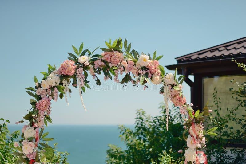 Arco floral do casamento fotografia de stock