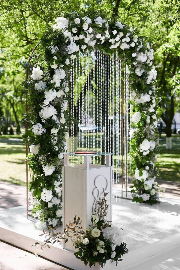 Arco floreale arrotondato di nozze dai fiori freschi all'aperto prima della cerimonia di nozze - decorazione di nozze fotografia stock libera da diritti