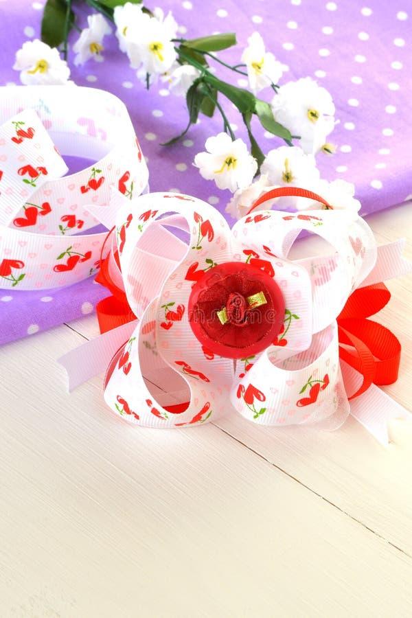 Arco hecho a mano de la cinta, accesorio del pelo de los niños imagen de archivo libre de regalías