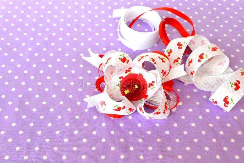 Arco hecho a mano de la cinta, accesorio del pelo de los niños, sistema de la cinta imágenes de archivo libres de regalías