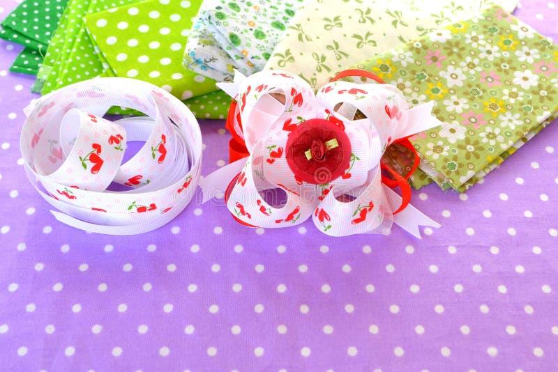 Arco hecho a mano de la cinta, accesorio del pelo de los niños, sistema de la cinta imagen de archivo libre de regalías