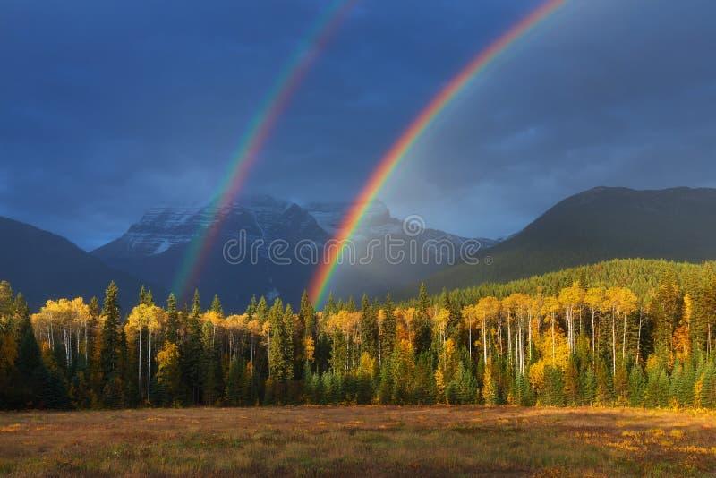 Arco iris agradable del verano sobre las montañas Sorprender día lluvioso y nublado Canadiense Rocky Mountains, Canadá fotografía de archivo