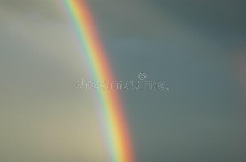 Arco iris brillante que divide el cielo fotos de archivo