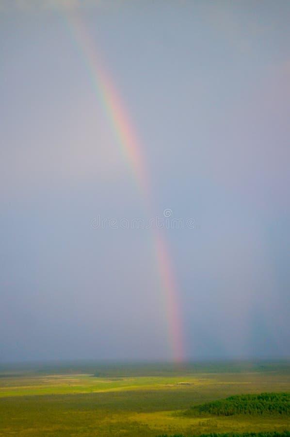 arco iris brillante Siete-coloreado sobre el campo de la rabina en Polonia fotografía de archivo libre de regalías