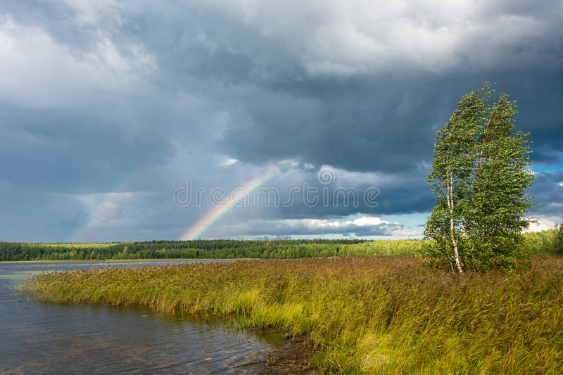 Arco iris colorido contra el cielo nublado imagen de archivo libre de regalías