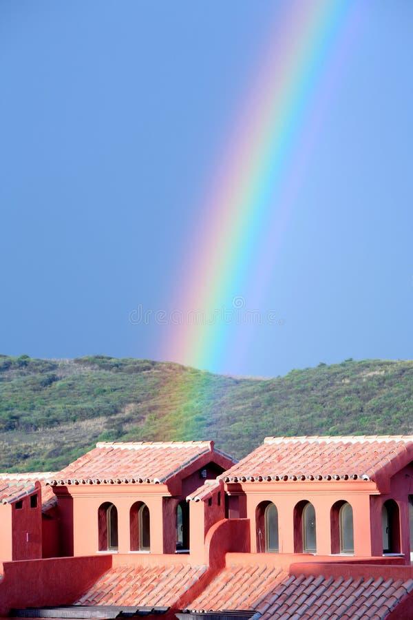 Arco iris colorido que cae en la construcción después de tormenta fotos de archivo libres de regalías