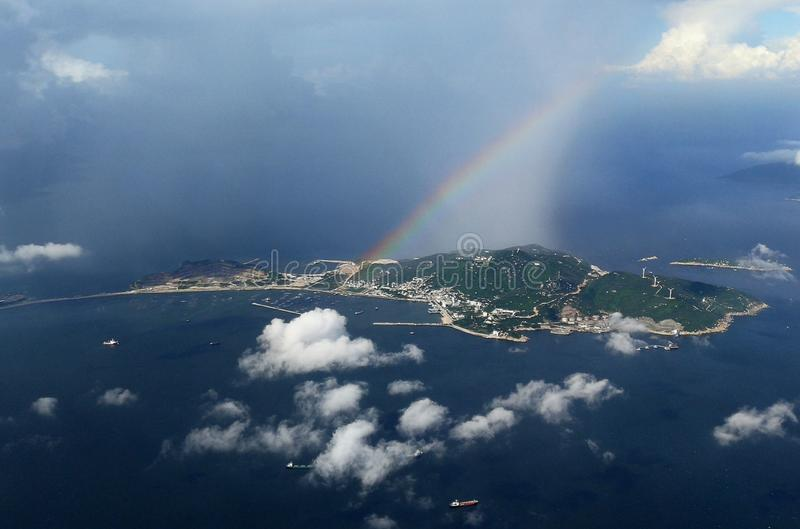 Arco iris colorido sobre el viento espumoso del caramelo de algodón de las nubes de Hong Kong Dreamy Blue Sky debajo de mis alas  imagenes de archivo