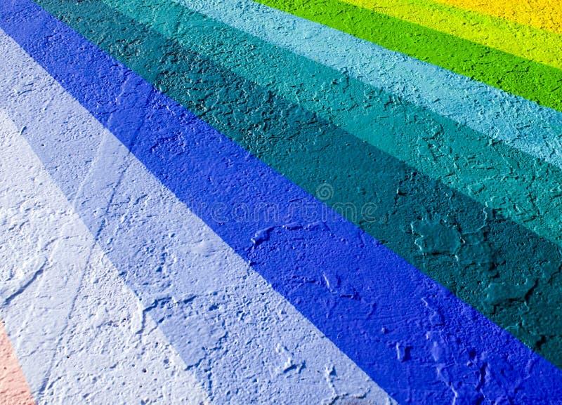 Arco iris de colores en el cemento fotos de archivo