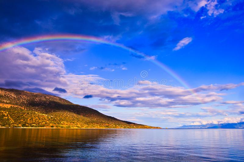 Arco iris de la última hora de la tarde sobre la bahía del golfo de Corinto, Grecia foto de archivo